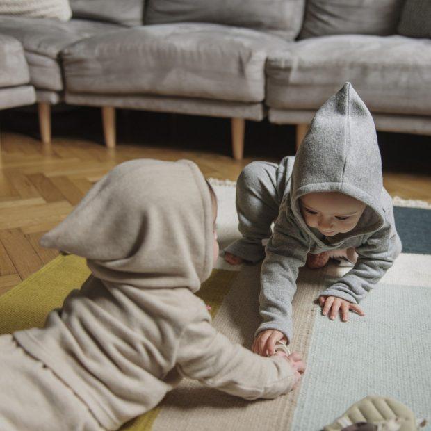 Бежов плетен бебешки суичър