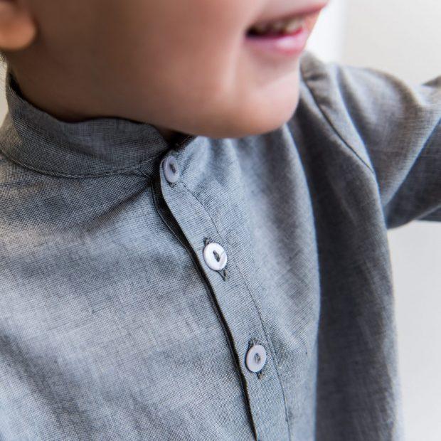 Риза с висока яка сребърно сиво